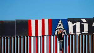 Mexiko: Aktivisten bemalen Donald Trumps Grenzzaun mit Ku-Klux-Klan-Figur
