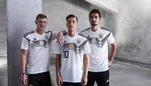 Toni Kroos, Mesut Özil und Mats Hummels tragen das DFB-Trikot für die Fußball-WM 2018: Es sieht aus wie das Trikot 1990 in Grau