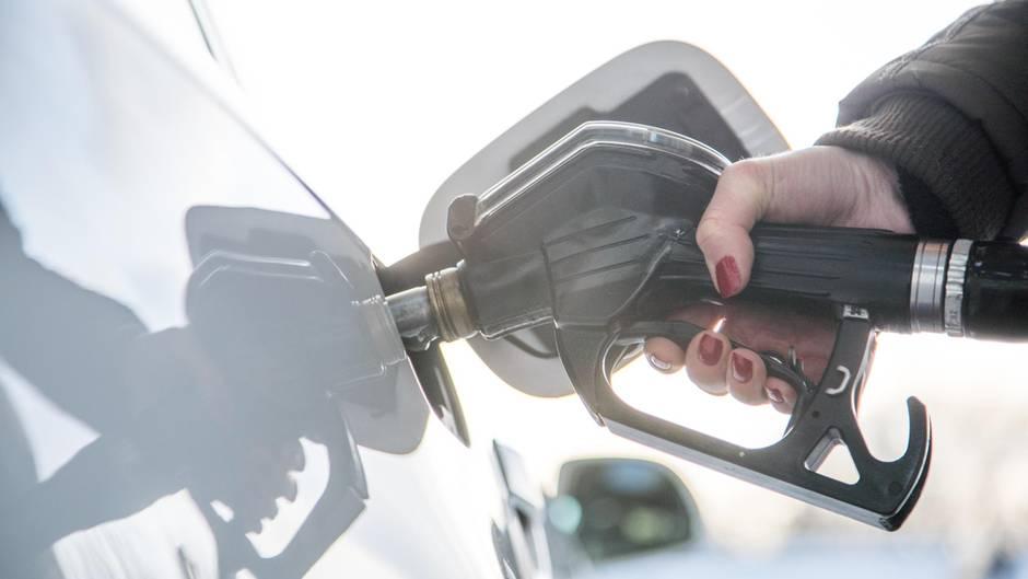 ICCT-Studie deckt Verbrauch von Neuwagen auf: Eine Frau tankt einen Wagen