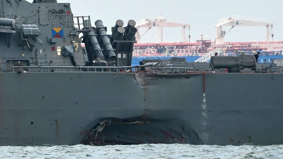 Die Kollision riss ein Loch in den Rumpf derUSS John S McCain.