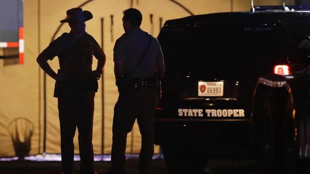 Polizei am Tatort in Sutherland Springs, Texas: Hier soll Devin Patrick Kelley über 20 Menschen erschossen haben