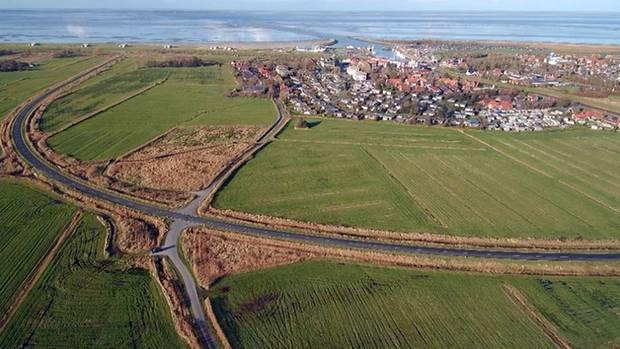 Bensersielan der Nordsee hat eine neue Umgehungsstraße. Leider führt diese direkt durch ein Vogelschutzgebiet. Und aus diesem Grund ist sie für den Autoverkehr gesperrt. Schade um die 8,4 Millionen Euro aus Steuergeldern!