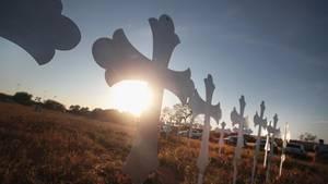 26 Kreuze im Sonnenuntergang - sie wurden zum Gedenken an die Todesopfer des Massaker von Texas aufgestellt