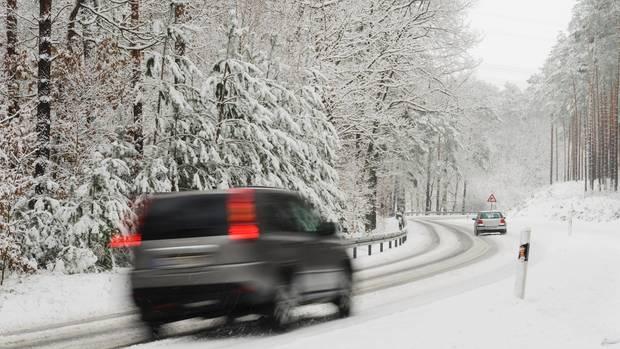Vorsicht ist geboten. Auch mit Winterreifen bremst ein Auto bei Schnee nicht so wie auf Asphalt.