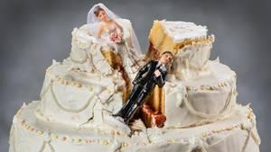 Eine zerstörte Hochzeitstorte mit abgestürztem Brautpaar