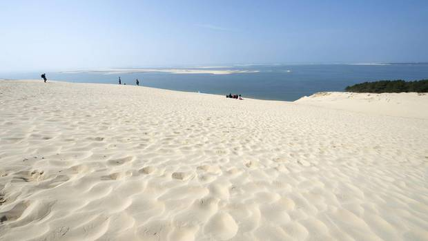 Arcachon mitEuropas höchster Sanddüne  Per Zug schnell erreichbar aus Bordeaux ist Arcachon mit seinem großen goldgelben Sandstrand. Insgesamt bietet die schmucke Kleinstadt sogar sieben Kilometer feine Sandstrände und dazu 15 km angelegte Fahrradstrecken. Größte Attraktion ist Europas höchste Sanddüne: Die Dune von Pilat ist 110 Meter hoch, 500 Meter breit und knapp drei Kilometer lang. Für kleinere Kinder ist es vielleicht zu viel des Guten, aber die Großen besteigen die Dune am besten gemeinsam mit den Eltern. Belohnt werden sie mit einem tollen Naturerlebnis und beeindruckendem Panoramablick über den Ozean, das Becken von Arcachon und die Wälder des Naturparks Landes.