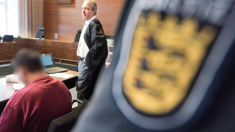 Hussein K. (l.) im Freiburger Landgericht. Das Alter des Angeklagten im Prozess um den Mord an einer Studentin steht jetzt fest