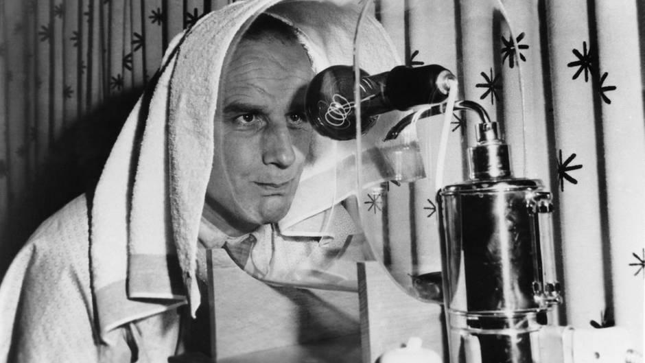 Ja, auch Männer können eitel sein. So wie dieser Österreicher, der sich 1953 einer Anti-Falten-Therapie unterzieht. Die Maschine produziert Dampf, der Furchen im Gesicht glattziehen soll.