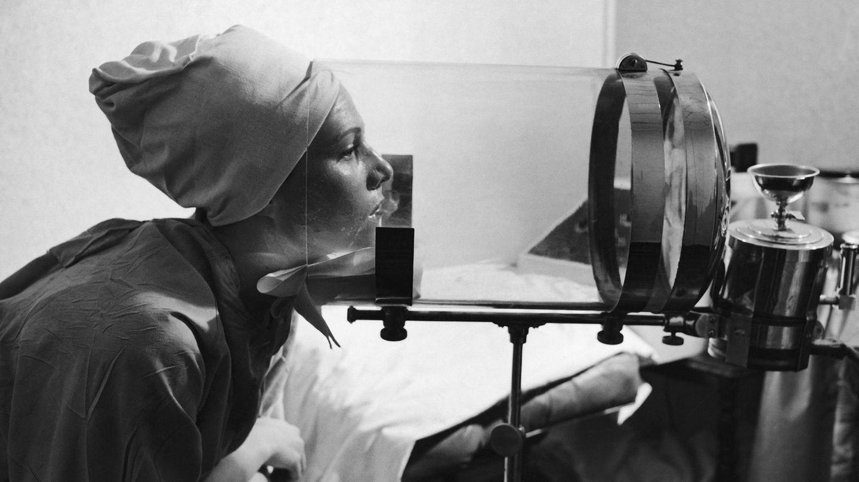 In die Röhre gucken, mal anders: Diese Frau nutzt einen Gesichts-Bedampfer, um ihre Haut zu reinigen. Das Bild entstand im Jahr 1944 in den USA.