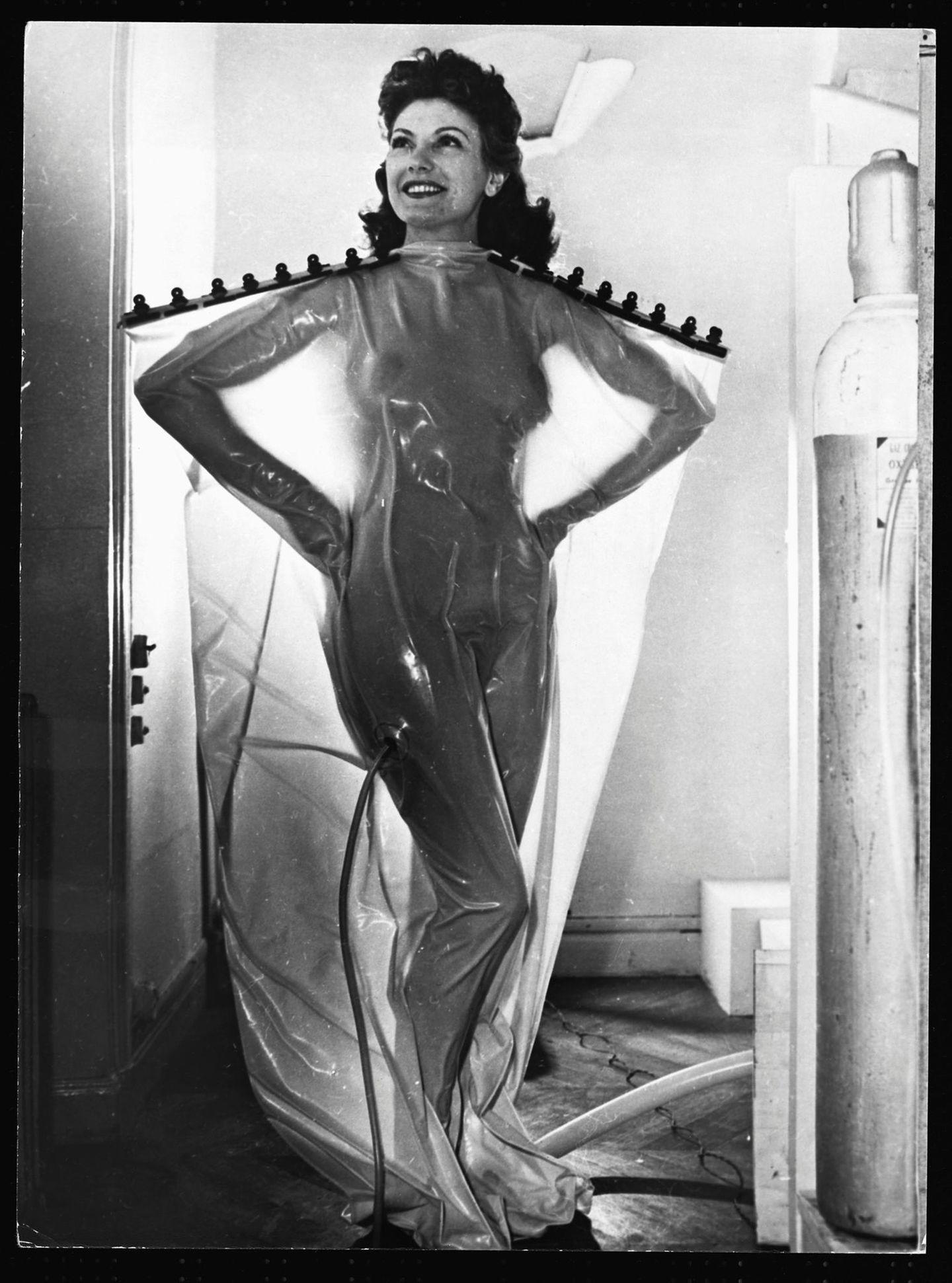"""Diese Frau testet ein sogenanntes """"Ozon-Bad"""" - eine Behandlung, die beim Abnehmen helfen soll und angeblich die Haut entgiftet. Ob's geholfen hat? Fragwürdig.  Die Aufnahme entstand im Jahr 1951."""