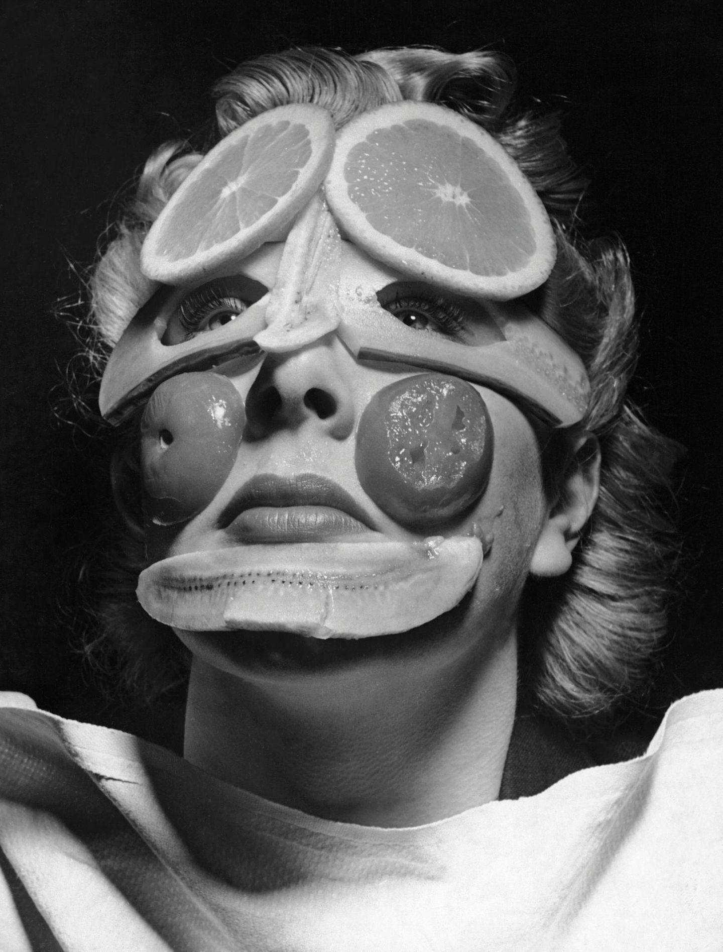 Tutti-Frutti gegen Falten: Diese Frau setzt große Hoffnung auf die wohltuende Wirkung von Tomate, Gurke, Orange und Banane. Aufnahme um 1900.