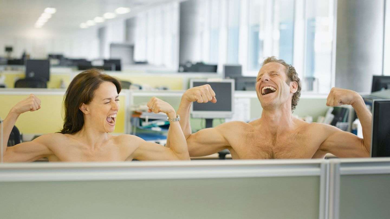 Eine Idee für den nächsten Freitag im Büro: Einfach mal nackig machen und mit dem Kollegen die Muckis vergleichen. Wie wär's?