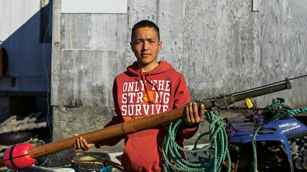 Chris Apassingok mit seiner Harpune. An der Spitze des Geschosses befindet sich eine Sprengstoffladung, die im Körper des Wals explodiert