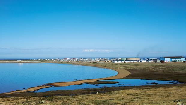 Gambell liegt auf einer Insel vor der Westküste Alaskas. Rund 700 Menschen haben sich hier angesiedelt