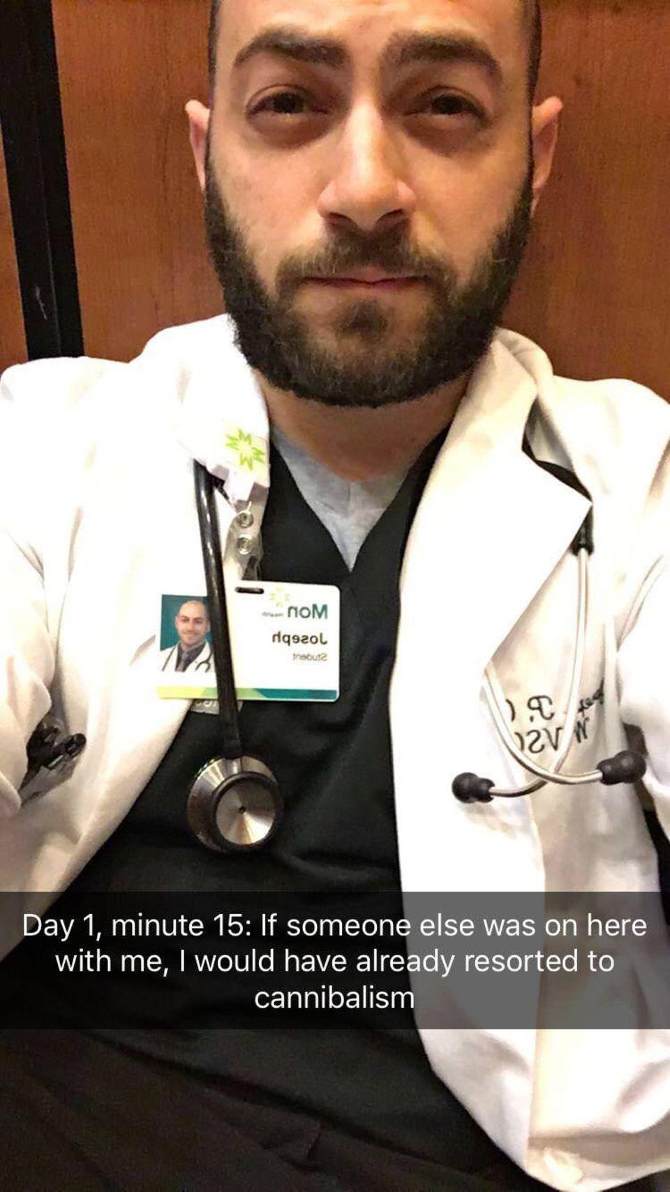 """""""Fühlt sich so die Hölle an?"""": Medizinstudent bleibt vor erster OP im Lift stecken und postet köstliche Fotos seiner """"Gefangenschaft"""""""
