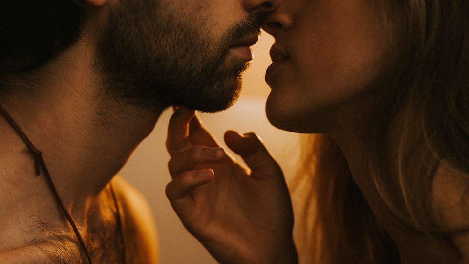 Zu Beginn küssten wir uns ausgiebig. Ihr Körper zitterte vor Aufregung und Erregung.