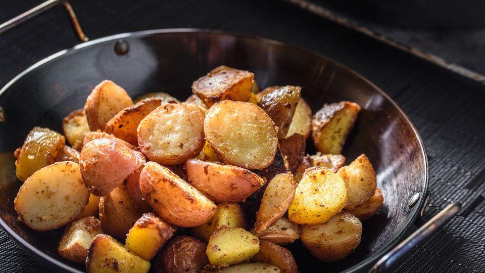 Erkaltete Kartoffeln bei Zimmertemperatur sind ein beliebter Ort für dasBakterium Clostridium botulinum, das eine Lebensmittelvergiftung auslösen könnte. Lagern sie bereits erhitzte Kartoffeln besser im Kühlschrank.