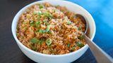Steht gekochter Reis lange bei Zimmertemperatur, könnten sich Bakteriensporen bilden, die eine Lebensmittelvergiftung auslösen könnten. Das Erhitzen in der Mikrowelle tötet die Bakterien nicht. Sie sollten gekochten Reis daher immer im Kühlschrank aufbewahren.