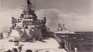 Die Schlachtschiffe HMS Repulse und Prince of Wales bei einer Übung.