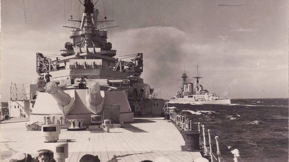 Die Schlachtschiffe HMS Repulse und Hood bei einer Übung.