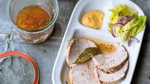 Schwein aus dem Glas schmeckt auch kalt, aufgeschnitten mit Senf und Schwarzbrot