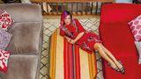 Die britische Popsängerin Lily Allen wohnt mit ihrer Familie in einem klassischen, englischen Cottage. Hier liegt sie für den Fotografen auf dem Wohnzimmertisch