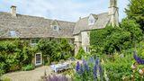 Allens Haus ist von einem weitläufigen Garten umgeben. An dem Tisch frühstückt die Familie im Sommer, wenn das englische Wetter es zulässt