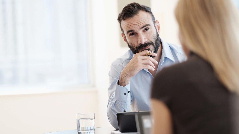 Ein Mann und eine Frau im Büro (Symbolbild)
