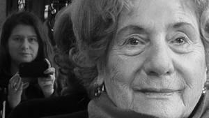 """Ruth Meros und ihre Tochter Gabriella  (im Hintergrund), die unter dem Titel """"MA"""" eine Porträtreihe der Zeitzeugin fotografierte"""