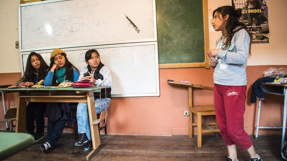 Lizeth gibt Jugendlichen an einem Versammlungsort von Unatsbo Tipps für ihre Jobs