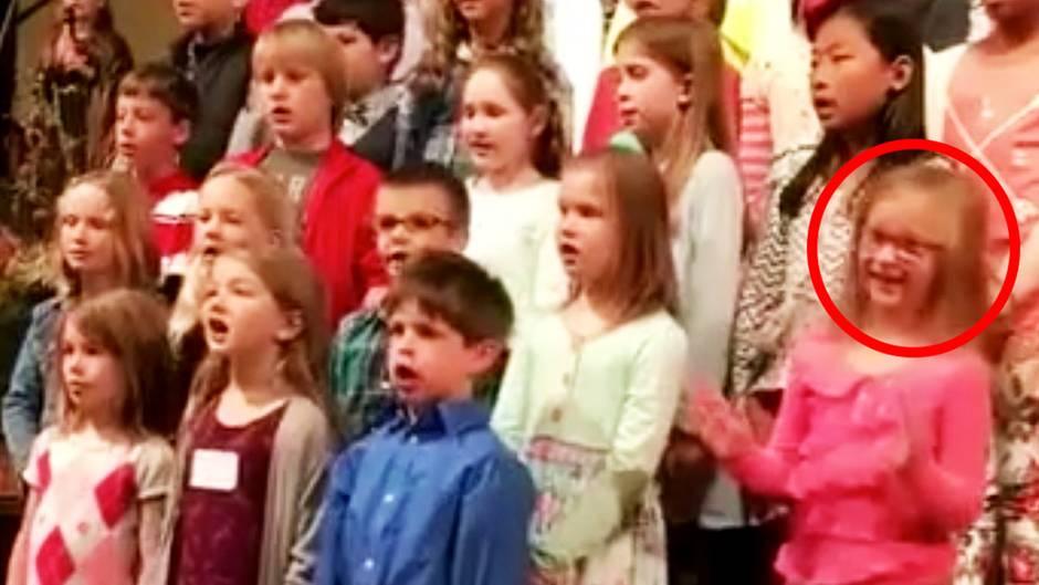 Viralhit aus Tennessee: Kleines Mädchen tanzt im Kirchenchor aus der Reihe - und verzaubert alle