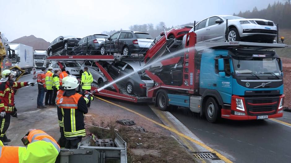 Unfall auf der A3: Gaffer auf der Autobahn - Feuerwehr setzt unkonventionelle Mittel ein