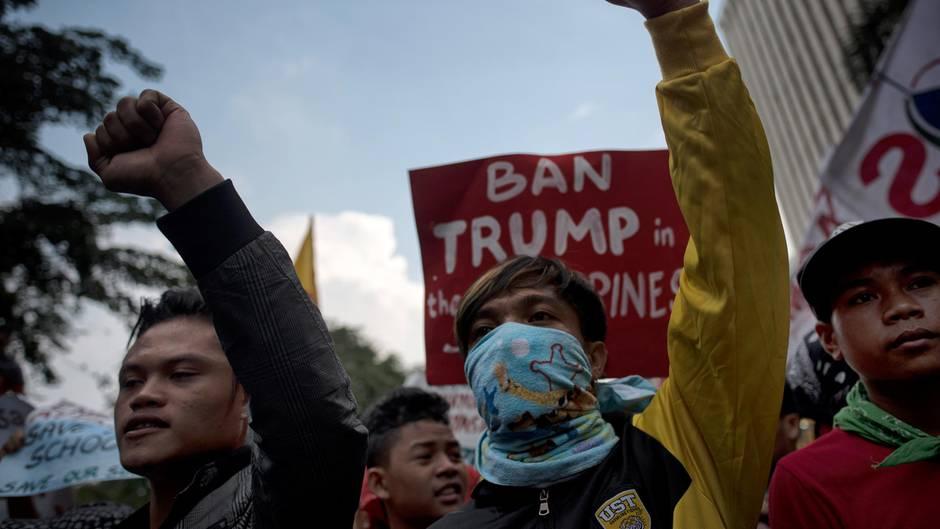 Menschen auf den Philippinen protestieren gegen den US-Präsidenten Donald Trump