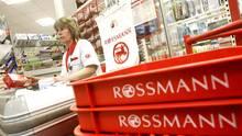 Eine Kassiererin bei Rossmann