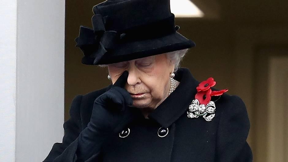 Charles legt Kranz nieder, Queen schaut erstmals zu