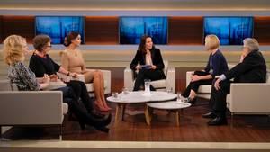 """Ändert die Sexismusdiskussion etwas? Anne Will (M.) diskutierte darüber mit ihren Talkgästen(v.l.n.r.) Heike-Melba Fendel , Künstleragentin und Autorin, Ursula Schele, Bundesverband Frauenberatungsstellen und Frauennotrufe - Frauen gegen Gewalt, Verona Pooth, Moderatorin und Unternehmerin, Moderatorin Will, Laura Himmelreich, Chefredakteurin """"Vice"""".com Deutschland, und dem FDP-Politiker Gerhart Baum"""