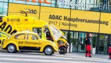 Vor dem Haupteingang des MesseCongressCentrum in Nürnberg sind mehrere Einsatzfahrzeuge des ADAC zu sehen