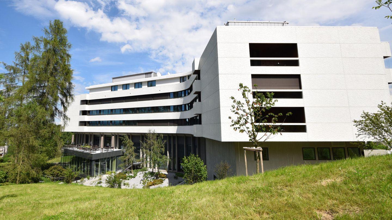Das 1970 errichtete Gebäude am Stadtrand oberhalb von Zürich erlebte eine wechselvolle Geschichte als Hotel. Vor zwei Jahren wurde es nach mehrjähriger Renovierung als Atlantis by Giardino wiedereröffnet. In den von Anfang an vorhandenen Räumlichkeiten auf dem Dach ist die Royal Residence untergebracht.