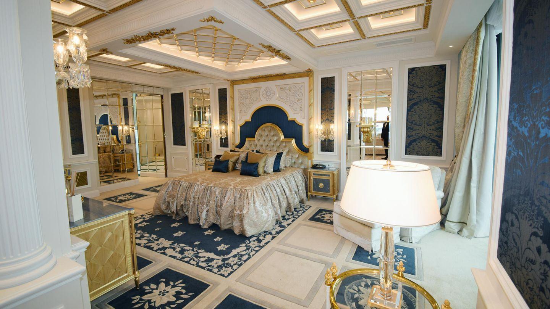 Im Mittelpunkt des Schlafzimmers: das mit mehreren Elektromotoren vollständig verstellbare Bett. Doch in die für Khalifa bin Hamad Al Thani eingerichtete Residenz im Atlantis by Giardino zog der Scheich nie ein. Der 84-Jährige verstarb im Oktober 2016 kurz vor der Fertigstellung der Suite.