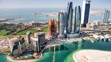 Architektonische Highlights in Ras Al Akhdar    Am Westzipfel von Abu Dhabi gelegen: Links im Vordergrund der halbrunde Khalidiya Palace Rayhaan, ein von der Rotana-Gruppe betriebenes Hotel, dahinter am Wasser der Emirates Palace, das Luxushotel von Kempinski, und weiter rechts das Jumeirah at Etihad Towers mit seinen verspiegelten Glasfassaden. Bei dem Wolkenkratzer mit dem Henkel handelt es sich um das 2015 fertiggestellte ADNOC-Headquarter, dem 342 Meter hohen Sitz der Abu Dhabi National Oil Company.
