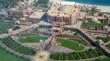 Emirates Palace  Das Hotel der Superlative von oben: Der Emirates Palace war mit einer Bauzeit von vier Jahren bei seiner Eröffnung 2005 das teuerste Hotelprojekt weltweit: Die Baukosten betrugen 3 Milliarden US-Dollar.  Infos:www.kempinski.com