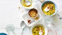Cremiges Linsen-Dal      Zutaten für 4 Portionen:  2 Zwiebeln, 1 EL TK-Knoblauch-Duo, 2 EL TK-Ingwer, 1 EL Currypulver, 400 g Kokosmilch, 250 g rote Linsen, 200 g Zucchini, 2 TL Gemüsebrühe (Instant), 2 EL Erdnussmus, 3 EL Zitronensaft, 2 TL Honig, Salz/Pfeffer, 100 g Joghurt (3,8 % Fett), 2 EL Erdnusskerne (nach Belieben), 1 TL Chiliflocken (nach Belieben)      Zubereitung:  1. Zwiebeln schälen und grob zerkleinern. Mit 500 ml Wasser, Knoblauch-Duo, Ingwer und Currypulver in einen Topf geben, mit dem Pürierstab fein pürieren. Kokosmilch und Linsen unterrühren und alles zum Kochen bringen. Dal zugedeckt bei kleiner Hitze 8 Min. köcheln lassen.      2. Die Zucchini waschen, putzen und in kleine Würfel schneiden. Mit der Gemüsebrühe zu den Linsen geben und das Dal noch weitere 4 Min. zugedeckt garen.      3. Das Erdnussmus, den Zitronensaft und den Honig unter das Dal rühren und dieses dann offen noch 2–3 Min. weiterkochen lassen. Mit Salz und Pfeffer abschmecken.      4. Das Linsen-Dal auf vier Schüsseln verteilen, den Joghurt in dicken Klecksen daraufgeben. Wer mag, bestreut das Ganze nun noch mit den Erdnüssen und Chiliflocken.