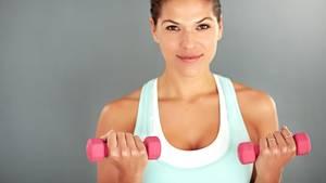 """Hanteln  Ein Klassiker unter den Sportgeräten, mit dem sich Muskeln kräftigen lassen. Hanteln sind in großer Auswahl erhältlich: Kurze trainieren die Hand-, Arm- und Schultermuskeln, lange sind auch für Rumpf und Beine einsetzbar.  Vorteil:  """"Hanteln ermöglichen ein freies, dreidimensionales Training. Ideal ist eine Hantelbank, um in verschiedenen Positionen den ganzen Körper stärken zu können"""", sagt Ingo Froböse von der Deutschen Sporthochschule Köln.  Nachteil:  Ein Ganzkörpertraining erfordert häufiges Um- und Abbauen, weil für jede Muskelgruppe andere Gewichte nötig sind. Außerdem sind die Anschaffungskosten recht hoch: """"Es reicht nicht, nur eine Hantel zu haben. Um die Belastung variieren und steigern zu können, muss man Gewichte oder verschieden schwere Hanteln dazukaufen"""", sagt Froböse.  Kosten: ab circa 10 Euro für ein Set"""