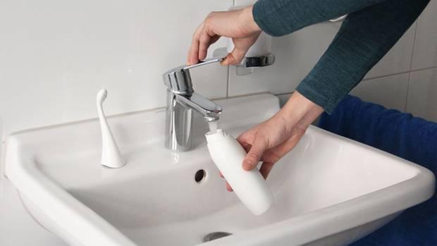 Aufgefüllt wird die Po-Dusche direkt am Wasserhahn