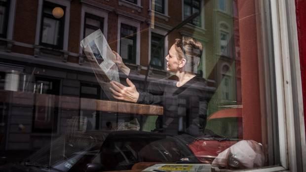 Entspannt in Ottensen:Claudia Hohmann ließt Zeitung in der Reh Bar.