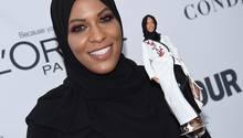 Die Säbelfechterin Ibtihaj Muhammad mit der Hidschab-Barbie in New York