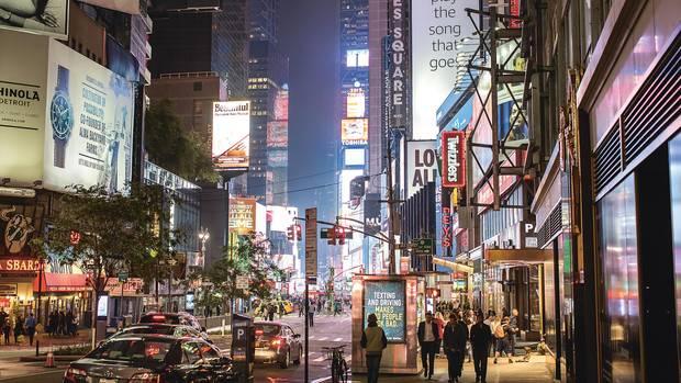 Auf dem Times Square bringen nachts Leuchtreklamen ihre Werbebotschaften unters Volk.
