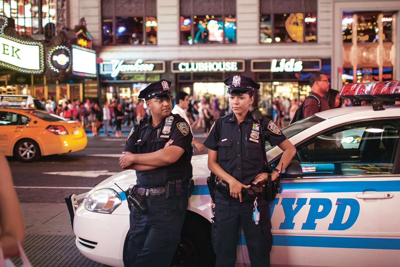 Das New York Police Department unterhält 76 Reviere, verteilt über die fünf Stadtbezirke, auch am Times Square.