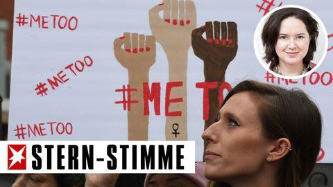Frauen halten bei einer Demo ein Plakat mit Frauenfäusten und metoo-Hashtag der Sexismusdebatte hoch