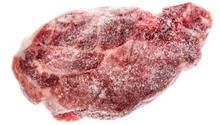 Frieren Sie einmal aufgetautes Fleisch nicht noch einmal ein. Die Wahrscheinlichkeit ist hoch, dass sich Bakterien oder Keime am Fleisch gebildet haben. Tauen Sie Fleisch nur auf, wenn Sie es direkt verzehren.